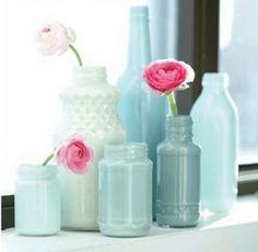 Gekleurde glazen potten en flessen