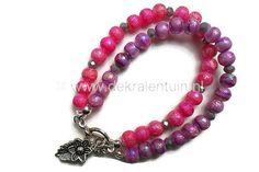 Mooie roze - paarse armband, gemaakt van ronde, matte  6mm glasparels met AB-coating. De armband is afgewerkt met kalotjes, een kapittelsluiting en een metalen bedel in de vorm van een bloem.