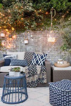 aménagement extérieur, salon de jardin avec coussins déco