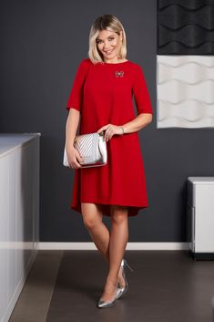 StarShinerS red dress elegant midi asymmetrical cloth short sleeves accessorized with breastpin with rounded cleavage, short sleeves, one back botton fastening, accessorized with breastpin, rounded cleavage Short Outfits, Dress Outfits, Fashion Outfits, Dresses, Baptism Dress, Dress Cuts, Size Clothing, New Dress, Farmer