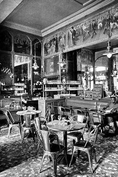 Café Charbon, rue Oberkampf, Paris (11e) - Avec son décor Second Empire, ses boiseries typiques des bistrots parisiens, son sol en mosaïque d'époque, ou encore son comptoir l'un des plus longs de la capitale,  le Café Charbon offre une atmosphère chaleureuse et conviviale, propice aux échanges. L'espace est aussi richement agrémenté d'objets dignes d'un bric-à-brac organisé. Paris Street Cafe, Parisian Cafe, Old Pictures, Old Photos, Vintage Photos, Black And White Baby, Black And White Pictures, Café Theatre, Cafe Concert
