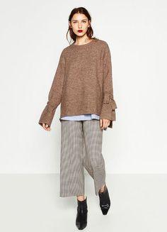 Pullover mit Bindedetail an den Ärmeln von Zara, ca. 40 Euro