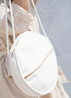 Round cotton canvas bag featuring two rope handles, an exterior pocket, and brass zipper closures. Available in natural canvas. Handmade Handbags, Handmade Bags, Wilde Hilde, My Bags, Purses And Bags, Round Bag, Cotton Bag, Cotton Canvas, Linen Bag