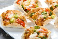 Met dit lekkere hapje bij de borrel ga je zeker scoren bij je gasten. Deze Mexicaanse mini-wraps met gekruide kip, cherrytomaatjes, geraspte kaas en een bosuitje zijn namelijk een heel lekker hartig hapje. Houd je wel van een pittige bite? Vervang dan de bosui door groene pepers. Ook erg lekker! Aan de slag met deze heerlijke hapjes en genieten maar!  Bereidingstijd: 25 min Wachttijd: 15 min