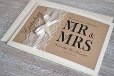 **Gestaltung:**  Liebevoll gestaltete Einladungskarten zur Hochzeit im angesagten Vintage Design mit Spitze & Schleifchen in creme (wahlweise auch in weiss möglich). Das Deckblatt ist mit braunem...