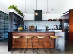 Industrial kitchen with touches of green Kitchen Dining, Dining Rooms, Bungalow, Home And Family, Home And Garden, Greenery, Table, Kitchen Ideas, Industrial