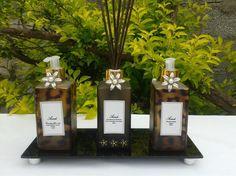 KIT <br>1 Bandeja fumê (vidro) <br>1 Aromatizador de ambiente vidro preto fosco 250 ml,opções de fragrância;verbena com limão siciliano, verbena, bergamota com macadâmia,macadâmia, flor de laranjeira com vanila, flor de laranjeira e flor de cerejeira <br>1 Creme hidratante corporal vidro de onça 250 ml, opção de fragrância; tangerina com manga, aveia e mel e rosas vermelhas. <br>1 Sabonete líquido vidro de onça 250 ml, opção de fragrância; pitanga negra, rosas vermelhas, erva doce e peônia…