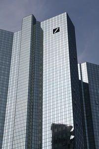 (Foto: pixelio.de, D. Gast)    Social Media ist vielen Banken schnuppe  Experte: Online-Strategien müssen Chef-Sache sein