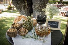 Corner de aceitunas y frutos secos junto al buffet de quesos.