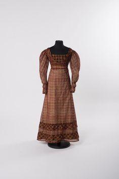 TAGESKLEID MIT KAROMUSTER 1820-1825 Seide (Gaze, Taft), Posamente Online Collections, Silk, Red, Patterns