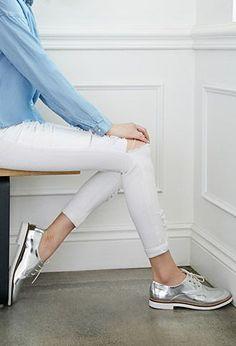 Los zapatos oxford en color plata son super tendencia esta temporada.: