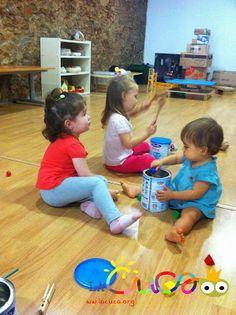 La cuca, espai de criança: Jugant amb pots de llauna