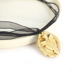 Le produit collier chocker flèche grise tribale ras de cou pendentif rond pointe en relief organza noir médaillon ethnique est vendu par Cocoflower's Shop dans   Tictail vous permet de créer gratuitement en ligne un shop de toute beauté sur tictail.com