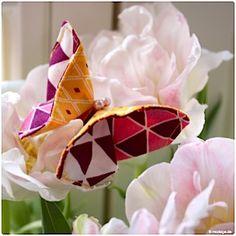 Ich bin schon total im Frühlingsmodus, die Sonne scheint, seit Wochen habe ich frische Frühjahrsblüher in unserer Wohnung und nun sind auch ein paar süße kleine Schmetterlinge bei uns eingezogen. Ich bin ja generell ein großer Fan von Falttechniken, die Origamikunst begeistert mich immer wieder und weil bei mir der Zeit mein eigener