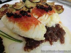 Recepta de cuina de Bacallà amb melmelada de tomàquet, llit de ceba confitada i sorpresa d'avellana