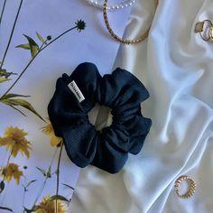 Brême est un chouchou dans un tissus bleu canard profond. Il est chic et intemporel, c'est votre partenaire idéal. Scrunchies, Band, Chic, Fashion, Blue Fabric, Teal, Fabrics, Shabby Chic, Moda