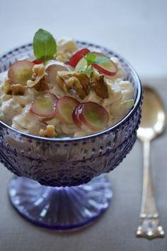 Waldorfsalat - en klassiker på koltbordet og til magert kjøtt som kalkun. Fodmap, Fruit Salad, Acai Bowl, Yogurt, Oatmeal, Cooking, Breakfast, Food, Acai Berry Bowl