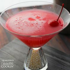 This Pink Lady Cocktail has a fun, frothy texture and a sweet-and-tart taste that plays out beautifully. The applejack cuts through the gin nicely to add a bit of warmth without being overpowering. Fruity Drinks, Smoothie Drinks, Yummy Drinks, Frozen Drinks, Fun Drinks, Smoothies, Pink Mixed Drinks, Mandarin Orange Jello Salad, Pink Lady Cocktail