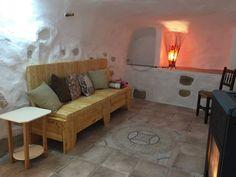 Salón interior con estufa de pellets en la Casa Cueva la Luz