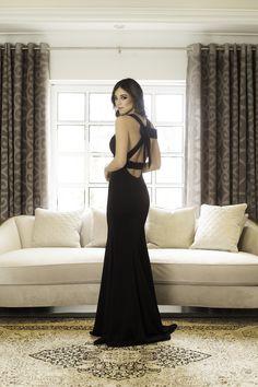 Vestido de noche para mostrar tu impresionante figura con un profundo escote en V que desciende hasta la cintura, combinando elegantemente con el largo que fluye detrás de ti.