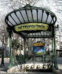 Metro-ingang in Parijs (ca. 1900) van Hector Guimard. Stijl = Art Nouveau.