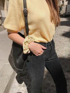 Scrunchie is back est une marque d'accessoires pour cheveux pour femmes. Nous créons des chouchous, bandeaux, noeuds, bérets, foulchies, chapeaux. Made in Montmartre. Ondine, Scrunchies, Marc Jacobs, How To Make, Fashion, Yellow Background, Yellow Flowers, Bandeaus, Women's