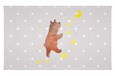 Gäste Handtuch Bär Träume aus Kunstfaser  Natur - Das Original von Mr. & Mrs. Panda.  Das wunderschöne Gästehandtuch von Mr. & Mrs. Panda wird liebevoll von uns bedruckt und hat die Größe 30x50 cm.    Über unser Motiv Bär Träume  Der Träume Bär ist ein ganz besonders liebevolles und einzigartiges Motiv aus der Beary Times Kollektion von Mr. & Mrs. Panda    Verwendete Materialien  Die verwendete sehr hochwertige Kunstfaser ist langlebig, strapazierfähig und abwaschbar und wird von uns per…