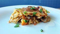 Godt krydra grønnsakslasagne med linser - Kjøttfri lasagne toppa med frisk basilikum. Det smaker også godt med en grønn salat ved siden av. - Foto: Mari Rollag Evensen / NRK