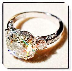 Mi anillo de sueño a un anillo estilo vintage con un diamante grande. El anillo es muy bonita.