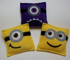 Inspiration to make a set of these for the kids: Minion inspired Bean Bags JustSEWSpecial on Etsy Minion Theme, Minion Birthday, Minion Party, Boy Birthday, Felt Crafts, Crafts To Make, Crafts For Kids, Minion Pillow, Minion Craft