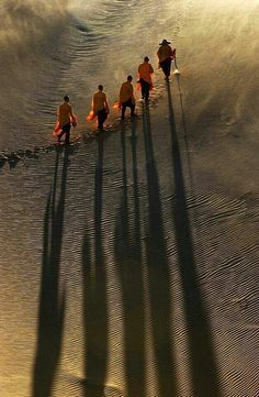 Buddhist monks pilgrimage/Asia ☮k☮ Foto Blog, People Of The World, Color Photography, Beauty Photography, Shadow Photography, Photography Ideas, Sunset Photography, Travel Photography, Pilgrimage