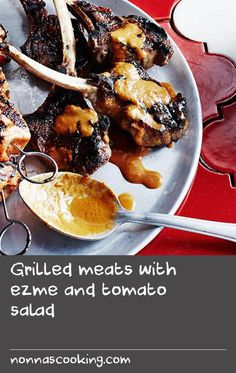 Grilled meats with ezme and tomato salad Tomato Salad Recipes, Side Salad Recipes, Skewer Recipes, Dishes Recipes, Meal Recipes, Side Dish Recipes, Food Dishes, Meat Sauce Recipes, Grill Recipes