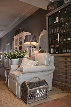 Tan chair off white piping 💕 Rivera Maison, Interior Exterior, Interior Design, Sweet Home, Shabby, Cozy Chair, Cosy Corner, Hamptons House, Cozy House