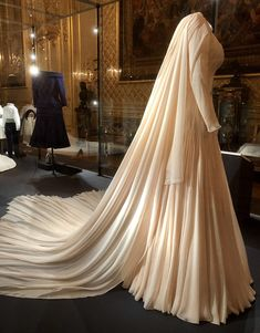 Princess Eugenie's gown for the evening reception, designed by American Zac Posen. Photos by Majesty Magazine + Royal Wedding Gowns, Royal Weddings, Wedding Dresses, Windsor, Princess Eugenie And Beatrice, Eugenie Of York, Royal Collection Trust, Royal Clothing, Isabel Ii