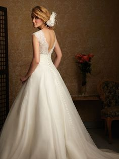 so gorgeous! if ever in another lifetime I wanted to rock a ball gown wedding dress-this one is pretty great.