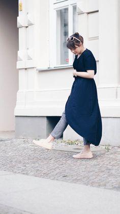 Spring-Outfit mit Maxikleid, Jeans und pastellfarbenen Sneakern. Dazu roségoldenen Schmuck von Thomas Sabo – Stapelringe sowie Kette mit Gravur: Skandi-Streetstyle.
