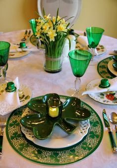 St Patrick& day table setting with shamrock dishes, Thanksgiving Dinner For Two, Thanksgiving Recipes, Thanksgiving Turkey, Covent Garden, St Patrick's Day Decorations, Beautiful Table Settings, Irish Blessing, Romantic Dinners, Deco Table