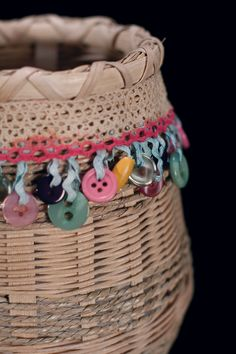 THE BLESSING-children are a gift from God. give them message basket that reminds new parents that they are not along. God ail guide them. Card Weaving, Basket Weaving, Button Art, Button Crafts, Loom Yarn, Paper Shaper, Making Baskets, Rope Art, Paper Basket