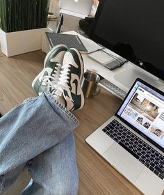 Sneakers Street Style, Sneakers Fashion, Look Fashion, Mens Fashion, Mode Chanel, Swag Shoes, Retro Sneakers, Mode Streetwear, Dream Shoes