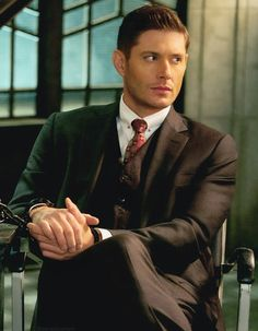 Michael is back to wreak havoc in Dean's (Jensen Ackles) body in the brand new midseason trailer for Supernatural. Michael Supernatural, Supernatural Season 14, Jensen Ackles Supernatural, Supernatural Drawings, Supernatural Pictures, Supernatural Wallpaper, Dean Winchester, Tv Guide, Super Natural