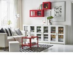 Salón en blanco con muebles BRIMNES en blanco y estantería y mesa de centro en rojo