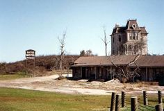 Universal Studios Florida: The Magic of Movies. I miss the Bates Motel and Hitchcock area! Disney Universal Studios, Universal Studios Florida, Universal Orlando, Bates Motel House, Old Family Photos, Hollywood Studios, Nostalgia, Old Things, Special Effects