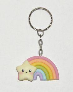 Dieser Schlüsselbund-Anhänger ist ein hübsch Regenbogen mit einem Kawaii-Stern.  Die Pastelltöne sind sehr stilvoll und schön für Frühling und