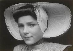 Maria van Belzen in Arnemuider streekdracht. Maria draagt de zondagse dracht. 1944 #Arnemuiden