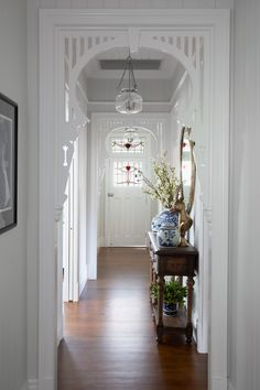 An old Queenslander home in Red Hill is given a designer renovation by Gatti Design to restore its innate charm and bring it into the now. Hamptons House, Hamptons Style Homes, The Hamptons, Hamptons Decor, Hallway Ideas Entrance Narrow, Entry Hallway, Modern Hallway, Grand Entrance, Queenslander House
