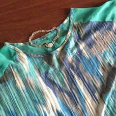 Summer Top Medium $10 Medium Summer Top -lightweight material with rouched sides!! Great with capris or shorts $10 Tops Blouses
