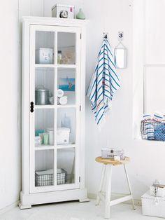Alles in Ordnung Wie ein Mini-Bad über sich hinauswächst? Indem Sie jeden Winkel nutzen. Ein Eckschrank nimmt weniger Stellfläche in Anspruch als ein herkömmliches Modell. Mit gerollten Handtüchern hübsch dekoriert, zieht er alle Blicke auf sich.
