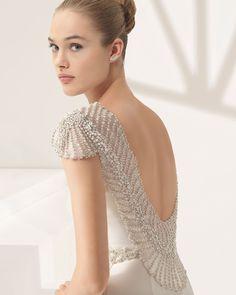 Vestido de novia corte recto de crepe escote barco con espalda joya de pedrería frost muy pronunciada, en color marfi. Colección 2018 Rosa Clará Couture.