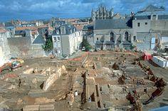 La fouille de l'îlot des Cordeliers à Poitiers (Vienne), en 1998, a restitué tout un quartier romain sur 5000 m². Empire Romain, Poitou Charentes, Poitiers, Limousin, Monuments, Romans, Paris Skyline, Sculpture, Places