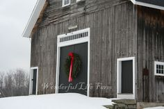 Christmas barn New England Farmhouse, White Farmhouse, Black Barn, White Barn, Farm Barn, Barn Wood, Christmas Farm, England Christmas, Christmas Time